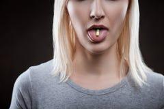 L'intoxiqué creusé féminin seul est prise narcotique photos stock