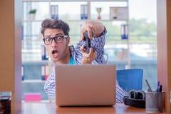 L'intoxiqué de gamer jouant des jeux d'ordinateur à la maison images libres de droits