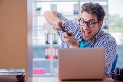 L'intoxiqué de gamer jouant des jeux d'ordinateur à la maison photo libre de droits