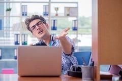 L'intoxiqué de gamer jouant des jeux d'ordinateur à la maison photos libres de droits