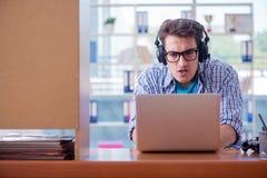 L'intoxiqué de gamer jouant des jeux d'ordinateur à la maison photographie stock libre de droits