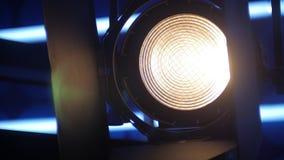 L'intradosso sta accendendosi in uno studio scuro della TV stock footage