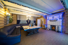 L'intérieur confortable d'une maison de campagne avec une cheminée Image stock