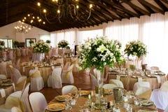 À l'intérieur rendez-vous de réception de mariage avec le décor Photos stock