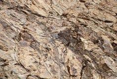 L'intrusione della roccia di colore scuro in silicato oscilla, Ladakh Fotografia Stock