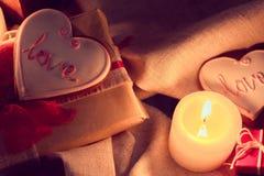 L'inverno caldo e accogliente con le candele, i regali e lo zenzero si rompe Fotografia Stock Libera da Diritti
