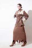 L'inverno copre il cappotto di pelle di pecora della donna di modo fotografia stock