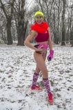 L'inverno corre in loro biancheria intima attraverso il legno nella neve Fotografia Stock Libera da Diritti