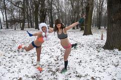L'inverno corre in loro biancheria intima attraverso il legno nella neve Immagini Stock Libere da Diritti