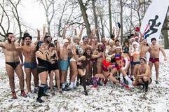 L'inverno corre in loro biancheria intima attraverso il legno nella neve Fotografie Stock