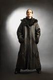 L'inverno del cappotto di pelle di pecora copre il modo Fotografia Stock Libera da Diritti