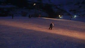 L'inverno del paesaggio fa scorrere la stazione sciistica, ascensore di sci, scendendo gli snowboarders e gli sciatori in discesa stock footage