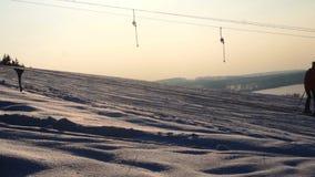 L'inverno del paesaggio fa scorrere la stazione sciistica, ascensore di sci, scendendo gli snowboarders e gli sciatori in discesa archivi video