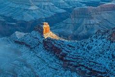 L'inverno di Grand Canyon in primo luogo espone al sole i raggi Fotografie Stock Libere da Diritti