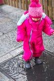 L'inverno di rosa della pozza della neonata copre gli stivali femminili immagine stock libera da diritti