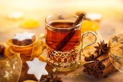 L'inverno ha aromatizzato il tè, le stelle del pan di zenzero e le spezie di Natale Fotografie Stock Libere da Diritti
