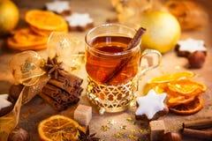 L'inverno ha aromatizzato il tè, le stelle del pan di zenzero e le spezie di Natale Immagini Stock Libere da Diritti