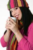 L'inverno ha designato la donna che tiene una tazza di caffè Fotografia Stock