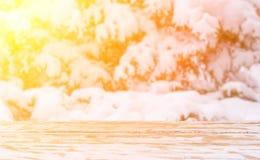 L'inverno ha offuscato lo sfondo naturale alla luce solare con una tavola di legno e un'area di montaggio per la disposizione deg Fotografia Stock Libera da Diritti