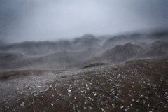 L'inverno, il paesaggio della bufera di neve colpisce la catena montuosa Immagini Stock Libere da Diritti