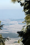 L'inverno in montagne si incontra la molla in valle Fotografie Stock Libere da Diritti