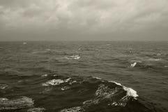 L'inverno ondeggia il mare profondo fotografia stock