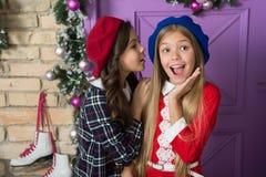 L'inverno pettegola concetto I piccoli bambini delle ragazze fronteggiano le decorazioni festive di natale Lets divertiresi e cel immagini stock