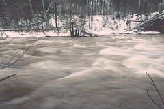 L'inverno scenico ha colorato il fiume in paese - annata retro Fotografie Stock