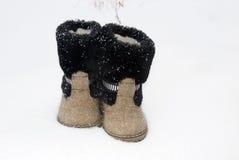 L'inverno tradizionale russo ha ritenuto il valenki dello stivale sulla neve Immagine Stock Libera da Diritti