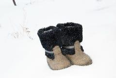 L'inverno tradizionale russo ha ritenuto il valenki dello stivale sulla neve Fotografia Stock