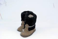 L'inverno tradizionale russo ha ritenuto il valenki dello stivale sulla neve Immagine Stock