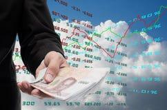 L'investitore fa i soldi dalla borsa valori Fotografie Stock Libere da Diritti