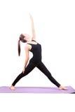 L'invio asiatico di yoga di sanità della donna ha isolato il fondo bianco fotografie stock libere da diritti