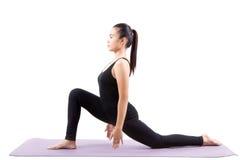 L'invio asiatico di yoga di sanità della donna ha isolato il fondo bianco fotografie stock