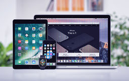 L'iPad de l'iPhone 7 d'Apple Macbook pro et l'Apple observent sur le bureau Image libre de droits