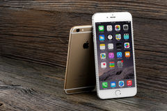 L'iPhone 6 de différence de taille et iPhone 6 plus Images stock