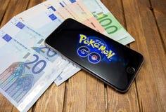 L'iPhone 6s d'Apple avec Pokemon vont sur l'écran Photographie stock libre de droits