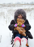 L'IRL dans un manteau de fourrure et un chapeau sur un traîneau avec Images libres de droits