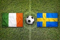 L'Irlanda contro Bandiere della Svezia sul campo di calcio Fotografia Stock Libera da Diritti