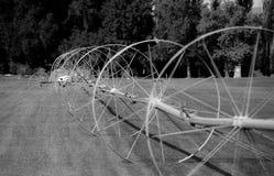 L'irrigation de terrain de golf roule dedans noir et blanc images libres de droits