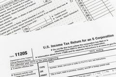 L'IRS forment la déclaration d'impôt sur le revenu de 1120S Small Corporation Images libres de droits