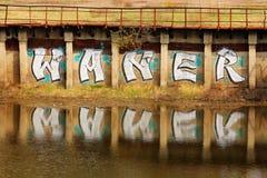 """L'iscrizione """"Waner """"sulla parete vicino al fiume fotografia stock"""