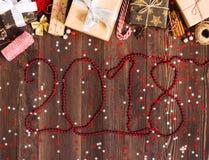 L'iscrizione con rosso borda il contenitore di regalo della festa di natale di 2018 nuovi anni Fotografia Stock Libera da Diritti