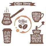L'iscrizione del caffè in tazza, la smerigliatrice, le forme del vaso e la tazza macchiano Citazioni moderne di calligrafia circa Immagini Stock Libere da Diritti