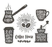 L'iscrizione del caffè in tazza, la smerigliatrice, vaso modella Citazioni moderne di calligrafia circa caffè Oggetti d'annata de Fotografie Stock