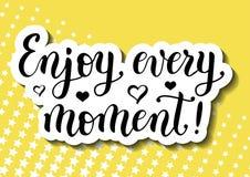 L'iscrizione della citazione motivazionale gode di ogni momento decorata con i cuori nel nero su fondo giallo Fotografia Stock