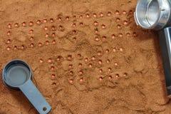 L'iscrizione di tempo del caffè sui precedenti di caffè macinato Immagini Stock Libere da Diritti