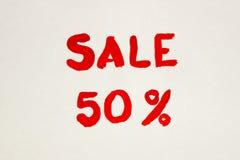 L'iscrizione su un foglio di carta bianco Annerisca venerdì Uno sconto di 50% Vendita L'iscrizione dipinta Fotografia Stock