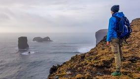 L'Islanda - condizione del giovane su una scogliera immagini stock libere da diritti