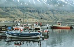 L'ISLANDA, maggio 2014: Pescherecci in un piccolo porto Fotografia Stock Libera da Diritti